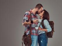 Couples heureux des touristes embrassant tout en tenant des tasses d'un café Photo libre de droits