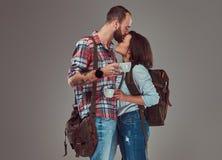 Couples heureux des touristes embrassant tout en tenant des tasses d'un café Photographie stock