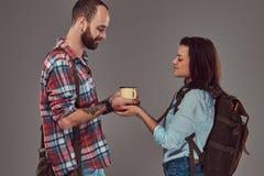 Couples heureux des touristes, tenant une tasse de café chaude dans des mains Photos stock
