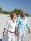 Couples heureux des vacances de plage Photographie stock libre de droits