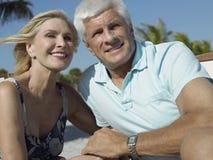 Couples heureux des vacances de plage Images stock