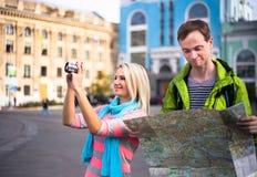 Couples heureux des vacances de vacances de voyage jeune Photo stock