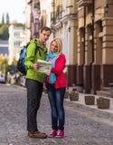 Couples heureux des vacances de vacances de voyage jeune Image stock