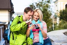 Couples heureux des vacances de vacances de voyage jeune Photos libres de droits