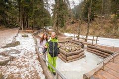 Couples heureux des vacances flirtant en montagnes de dolomites Image stock