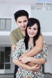 Couples heureux devant leur nouvelle maison Photographie stock libre de droits