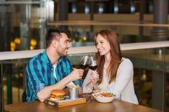 Couples heureux dinant et vin de boissons au restaurant Images libres de droits