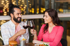Couples heureux dinant et vin de boissons au restaurant Photographie stock libre de droits