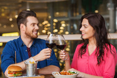 Couples heureux dinant et vin de boissons au restaurant Photo stock