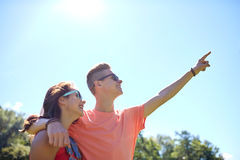 Couples heureux dirigeant le doigt au parc d'été Photos stock