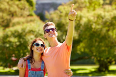 Couples heureux dirigeant le doigt au parc d'été Image libre de droits