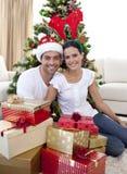 Couples heureux donnant des présents pour Noël Photos stock