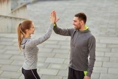 Couples heureux donnant la haute cinq dehors Photos libres de droits