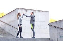 Couples heureux donnant la haute cinq dehors Images libres de droits