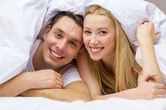 Couples heureux dormant dans le lit Images stock
