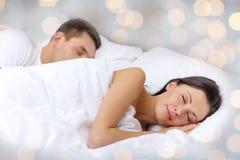 Couples heureux dormant dans le lit Photographie stock libre de droits