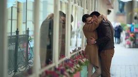 Couples heureux embrassant dans l'amour romantique et l'amusement clips vidéos
