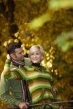 Couples heureux embrassant en stationnement Photos stock