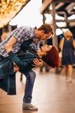 Couples heureux embrassant le soir sur les guirlandes légères photo libre de droits