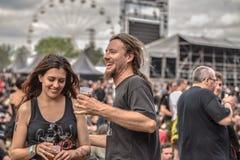 Couples heureux en métal de festival de Hellfest Images libres de droits