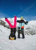 Couples heureux en montagnes Photo stock