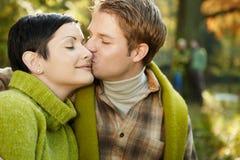 Couples heureux en nature Photos libres de droits