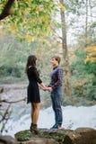 Couples heureux en nature Amour, bonheur photographie stock