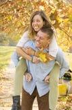 Couples heureux en parc ayant l'amusement Photos libres de droits
