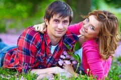 Couples heureux en parc d'amour au printemps Images libres de droits