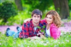 Couples heureux en parc d'amour au printemps Image libre de droits