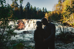 Couples heureux en silhouettes d'amour images stock