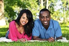 Couples heureux en stationnement Images stock