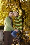 Couples heureux en stationnement Photographie stock libre de droits