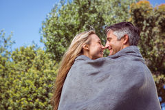 Couples heureux en stationnement Images libres de droits