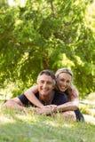 Couples heureux en stationnement Photo stock