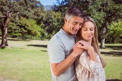 Couples heureux en stationnement Photographie stock