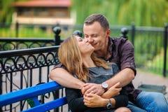 Couples heureux en stationnement Photos stock