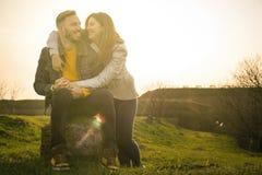 Couples heureux en stationnement image stock