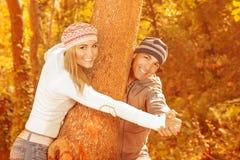 Couples heureux en stationnement d'automne Photos stock