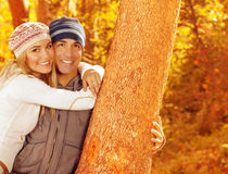 Couples heureux en stationnement d'automne Photo libre de droits