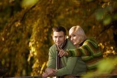 Couples heureux en stationnement d'automne Photographie stock