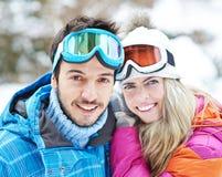 Couples heureux en voyage de ski en hiver Photo libre de droits