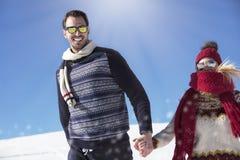 Couples heureux espiègles ensemble pendant des vacances de vacances d'hiver dehors en parc de neige Image stock