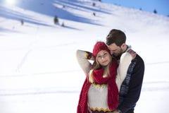 Couples heureux espiègles ensemble pendant des vacances de vacances d'hiver dehors en parc de neige Images libres de droits