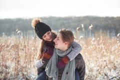 Couples heureux espiègles ensemble pendant des vacances de vacances d'hiver dehors en parc de neige Photo libre de droits