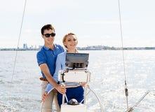 Couples heureux et beaux profitant d'un agréable moment sur un yacht Voyage Images stock