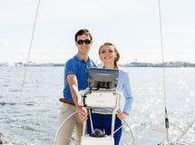 Couples heureux et beaux profitant d'un agréable moment sur un yacht Voyage Photographie stock libre de droits