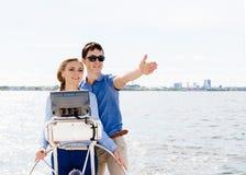 Couples heureux et beaux profitant d'un agréable moment sur un yacht Voyage Images libres de droits