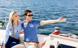 Couples heureux et beaux profitant d'un agréable moment sur un yacht Voyage Photographie stock