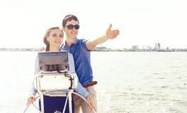 Couples heureux et beaux profitant d'un agréable moment sur un yacht Voyage Photo libre de droits